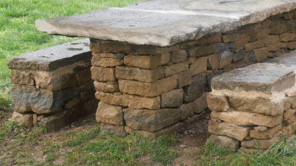 Detall de la disposició de les pedres del sòcol