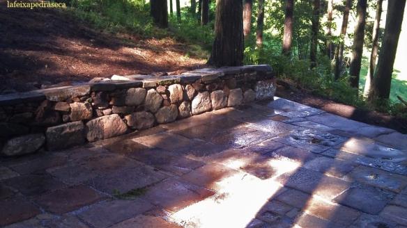 plataforma de lloses sobre base de pedra seca