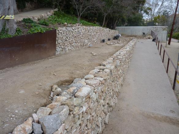 Doble mur de pedra seca. Reprofitament de materials...