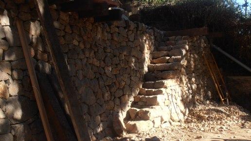 escales de pedra integrades en el mur de pedra seca