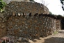 mur de pedra seca esglaonat de més de cinc metres d'alt amb doble escala