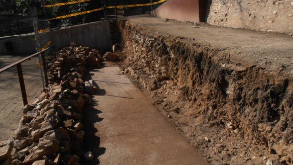 """Mur sanejat i pedres organitzades per començar el """"chantier""""..."""