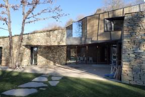 Vista frontal de la pèrgola unint els dos costats de la casa