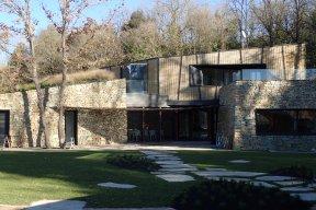 Combinació façana de pedra i vímet