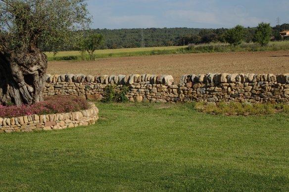 Trona en primer plà i mur de partió coronat amb rastrell